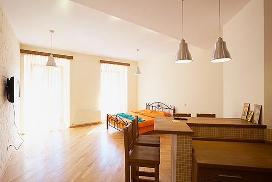 1-комнатная квартира посуточно в Львове. Галицкий район, пл. Рынок, 25. Фото 1