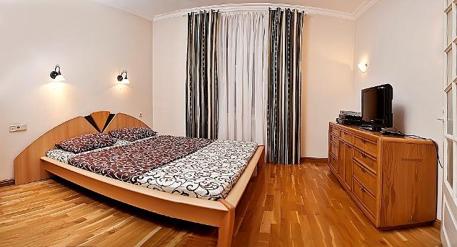 3-комнатная квартира посуточно в Киеве. Печерский район, ул. Крещатик, 27. Фото 1