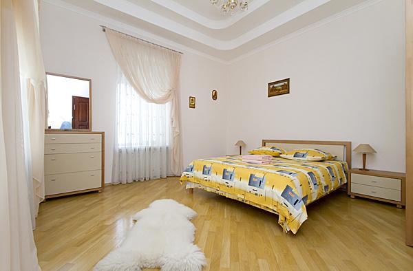 2-комнатная квартира посуточно в Киеве. Печерский район, Бессарабская площадь, 5. Фото 1