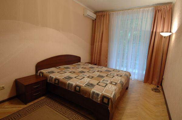 2-комнатная квартира посуточно в Киеве. Печерский район, Кловский спуск, 14. Фото 1