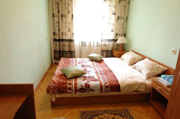 2-комнатная квартира посуточно в Киеве. Печерский район, б-р Леси Украинки, 16а. Фото 1