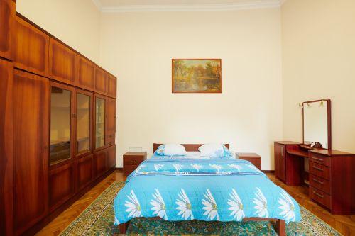 2-комнатная квартира посуточно в Львове. Галицкий район, ул. Листопадового Чину, 1. Фото 1