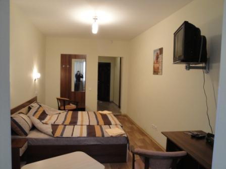 1-комнатная квартира посуточно в Броварах. ул. Энгельса , 1. Фото 1