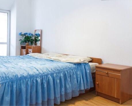 2-комнатная квартира посуточно в Днепропетровске. Кировский район, пр-т Карла Маркса, 90. Фото 1