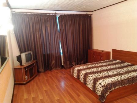 2-комнатная квартира посуточно в Алчевске. ул. Ленинградская, 42. Фото 1