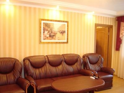 Трехкомнатная квартирапосуточно в Донецке. Ворошиловский район, ул. Гринкевича, 8. Фото 1