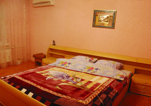 Трехкомнатная квартирапосуточно в Киеве. ул. Луначарского, 1/2. Фото 1